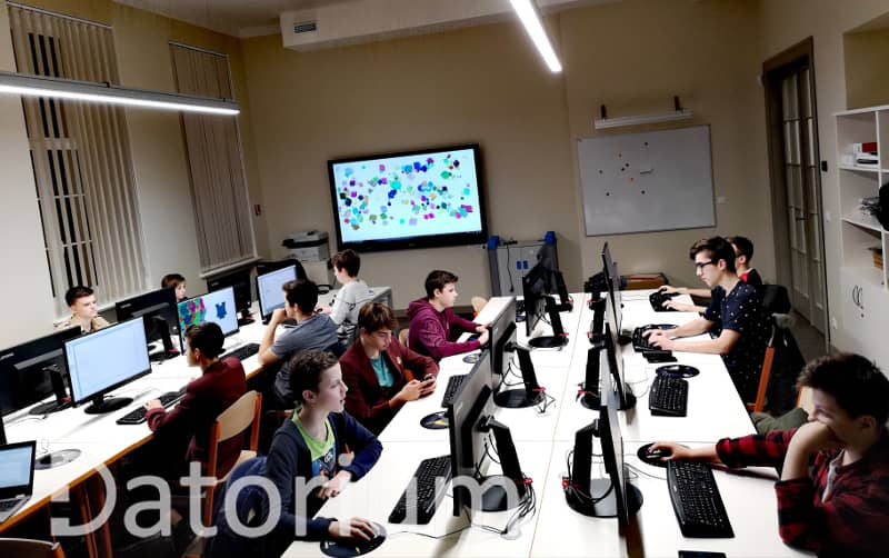 Studenti datorklasē